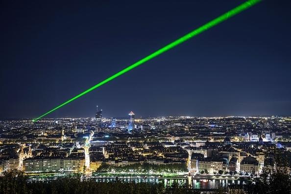 將激光投射到飛機駕駛艙,可以使飛行員在起飛或降落時暫時性失明。(JEFF PACHOUD/AFP/Getty Images)