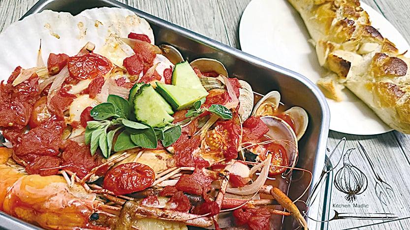 意式蕃茄湯浸焗海鮮。