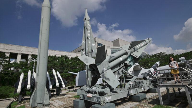 2019年8月2日,在首爾的韓國戰爭紀念館展出的北韓「飛毛腿B」型導彈(左)和韓國「奈基」防空導彈(右)。(JUNG YEON-JE/AFP via Getty Images)
