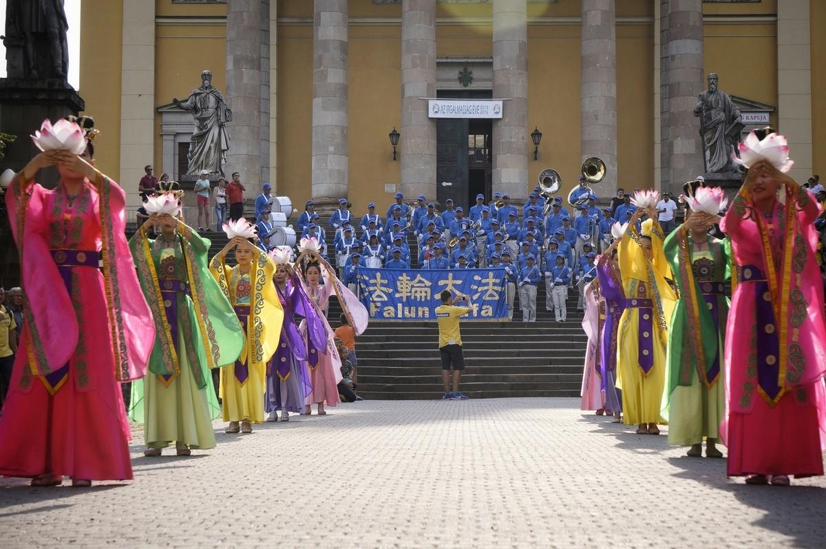 天國樂團在Eger市著名的大教堂前演出。(大紀元)