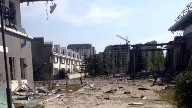 中共駐吉爾吉斯大使館上午遭汽車炸彈攻擊,司機當場死亡,多人受傷,使館損毀嚴重。(網絡圖片)