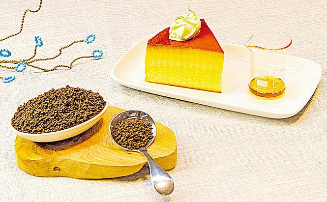 輕乳酪蛋糕建議與大吉嶺春奶茶的橙黃色茶湯搭配。