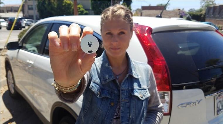 一款類似硬幣大小的設備TrackR(圖),可以幫你在擁擠的停車場,迅速找到自己的車。(TrackR網站)