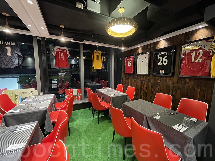 店內擺滿了很多阿仙奴簽名球衣和精品。(Siu Shan提供)