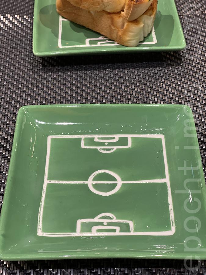 餐具非常有心思,碟是足球場形狀的設計,與主題相當配合。(Siu Shan提供)