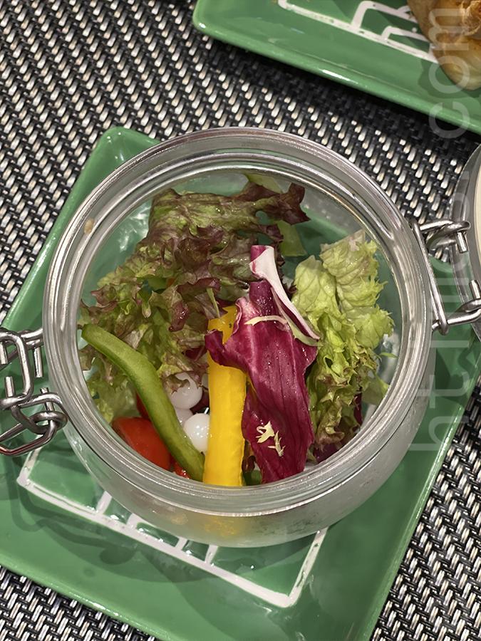 沙律菜方面很有格調,由一個透明玻璃器皿盛載,也有提供黑醋醬,味道酸酸的非常開胃。(Siu Shan提供)