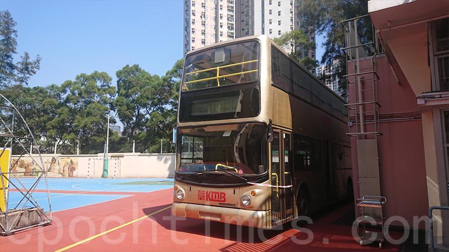 校園內泊有一輛退役九巴,為2019年舊巴士及退役巴士捐贈計劃時所得,校方表示將會改裝為生命教育館。(鄺嘉仕提供)