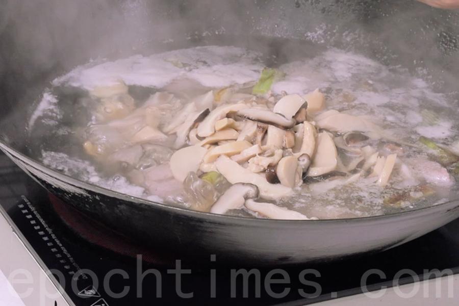 待排骨熟透,便可加入汆過水的雜菇。(陳仲明/大紀元)