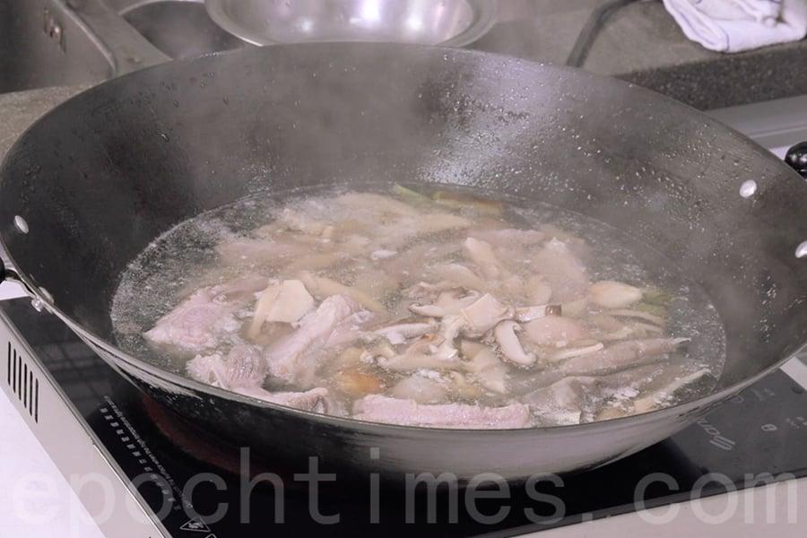 湯水煮沸後可享用滋味肉骨茶。(陳仲明/大紀元)