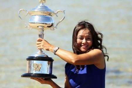 捧得2014澳洲網球公開賽女子單打冠軍的李娜。(Graham Denholm/Getty Images)