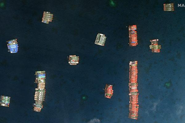 3月7日以來,約220艘中共海上民兵駕駛的「漁船」,聚集在南沙群島牛軛礁。菲律賓總統杜特爾特會見中共大使時,誓言會保護菲律賓的海上領土。菲律賓軍方將加派軍艦巡弋。圖為200多艘中國船隻集結在牛軛礁周邊。(Philippine Coast Guard Handout/AFP)