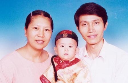 青年科學家林澄濤(在團河勞教所被折磨精神失常)和妻兒合影