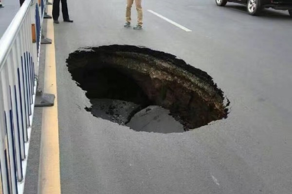 8月30日,甘肅蘭州省政府門前發生馬路塌陷。(互聯網圖片)