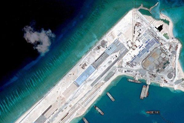 習近平御用顧問金燦榮講,如果南中國海成了中共的內海,「就控制了印度洋、太平洋兩洋貿易的90%」,再加上中共一直在搞的北印度洋珍珠鏈戰略,中共就「可以分分鐘滅美國」。圖為中共在南海建立人造島嶼。(Digital Globe/AFP)