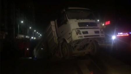 8月25日晚上甘肅省蘭州市路面塌陷,一輛環衛洒水車車尾陷入大坑裏。(網絡照片)
