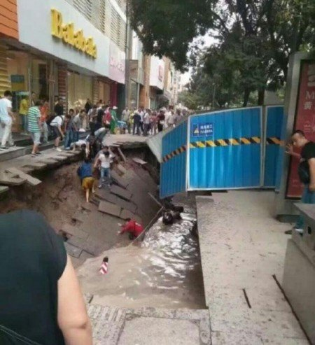 8月23日,蘭州市張掖路路面塌陷。(網絡照片)