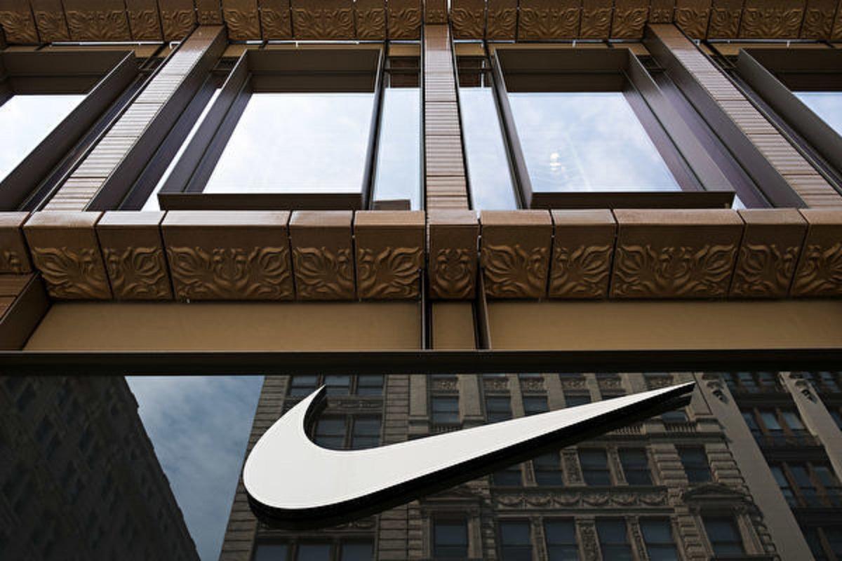 近日新疆棉花風暴震盪,引發Nike股價大漲3.38% ,中概股反遭夾擊。圖為耐克(Nike)商標。(Drew Angerer/Getty Images)