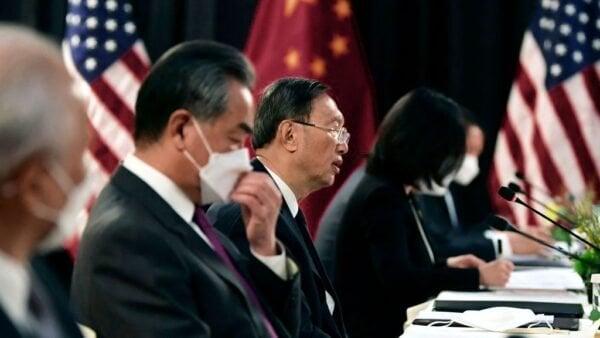 3月18日,美中高層會談首日,中方代表楊潔篪(中)在會談中變身成「戰狼」,令國際輿論嘩然。(FREDERIC J. BROWNPOOL/AFP via Getty Images)