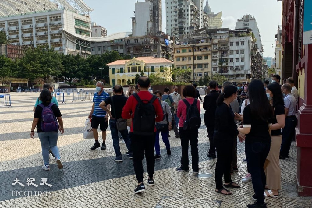 原定今(28日)遊行的集會場地塔石廣場已被警方鐵馬封鎖,但廣場外圍仍有少量市民聚集。(葉穎詩/大紀元)