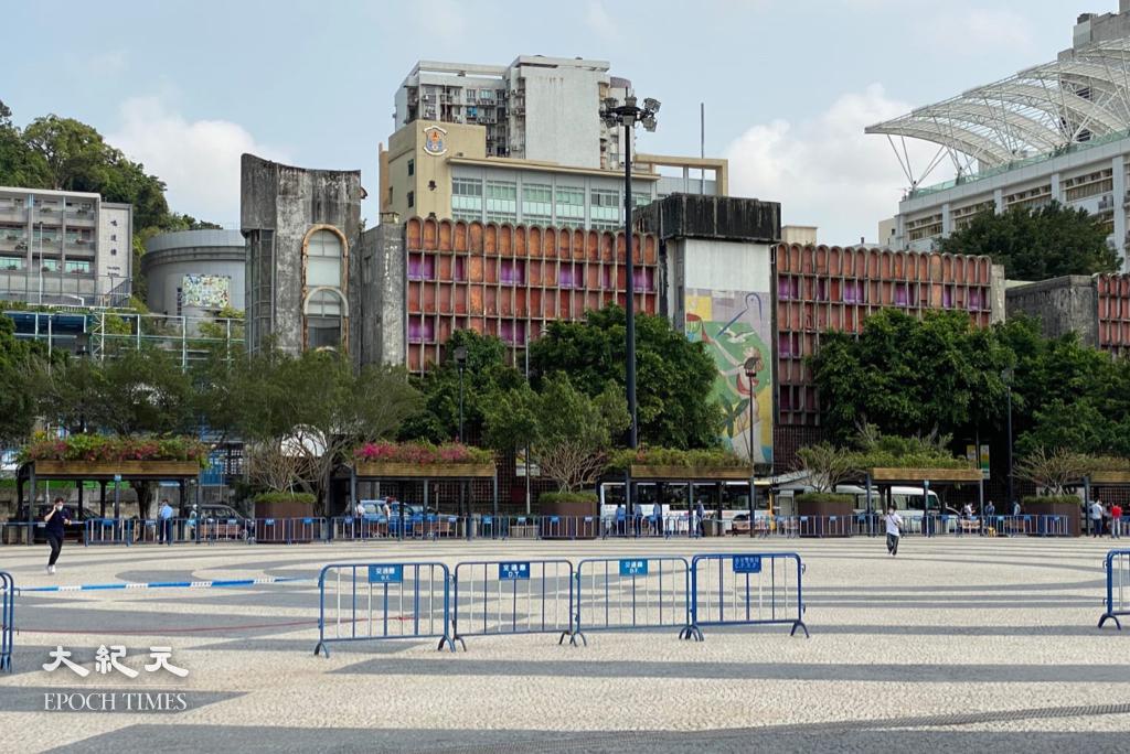 本報記者今(28日)到現場發現,原定遊行集會場地塔石廣場已被警方用鐵馬封鎖。(葉穎詩/大紀元)