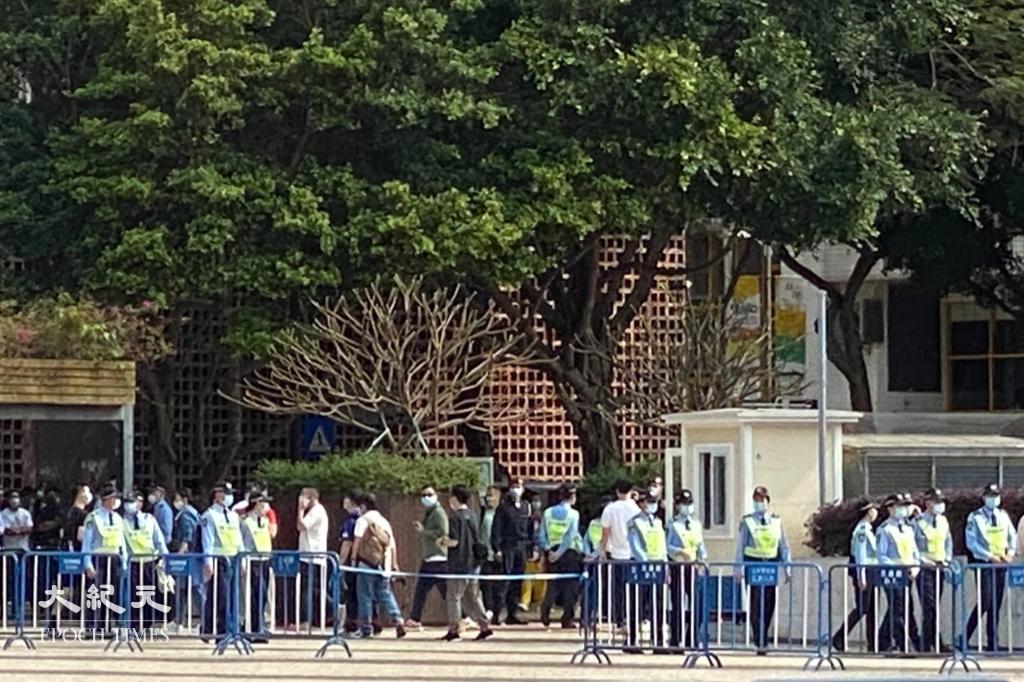 原定今(28日)遊行的集會場地塔石廣場已被警方封鎖,大批警員在場戒備。(葉穎詩/大紀元)