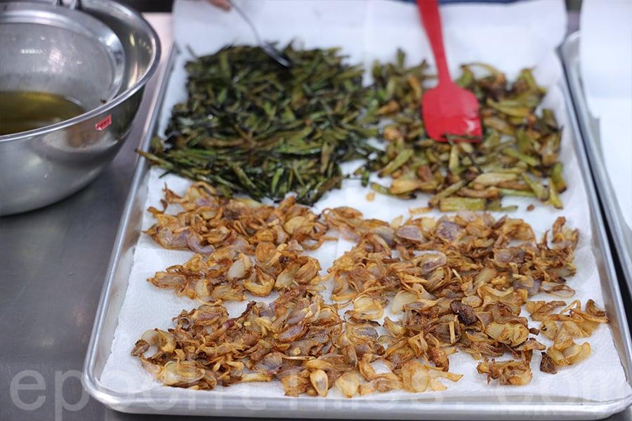 紅蔥頭、蔥尾、青蔥頭都要分開炸,再濾乾油。(陳仲明/大紀元)