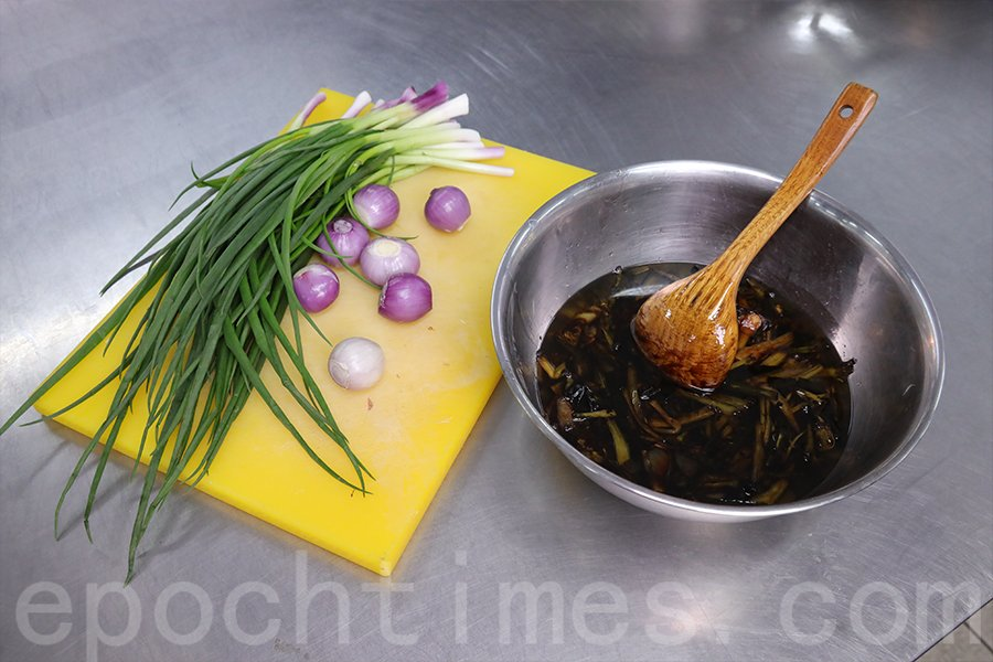 製作蔥油醬的很多原材料來自香港。(陳仲明/大紀元)