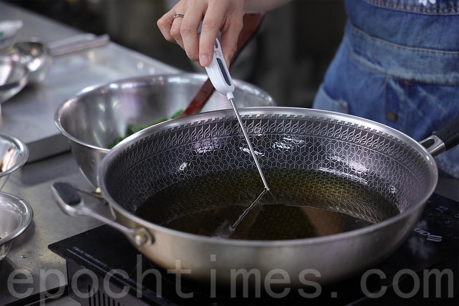 製作醬料時要測油溫。(陳仲明/大紀元)