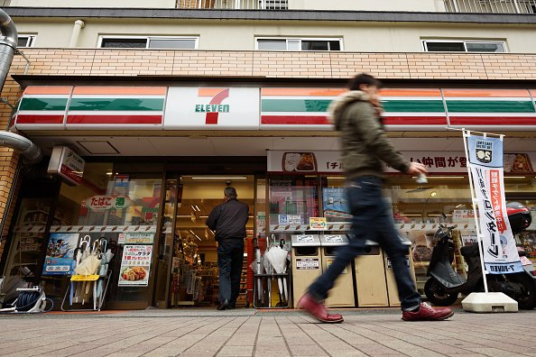 日本便利店巨頭7-Eleven宣佈,自9月開始在全日本1.9萬家便利店推出同聲傳譯服務,目前有中文、英語兩種。(Getty Images)