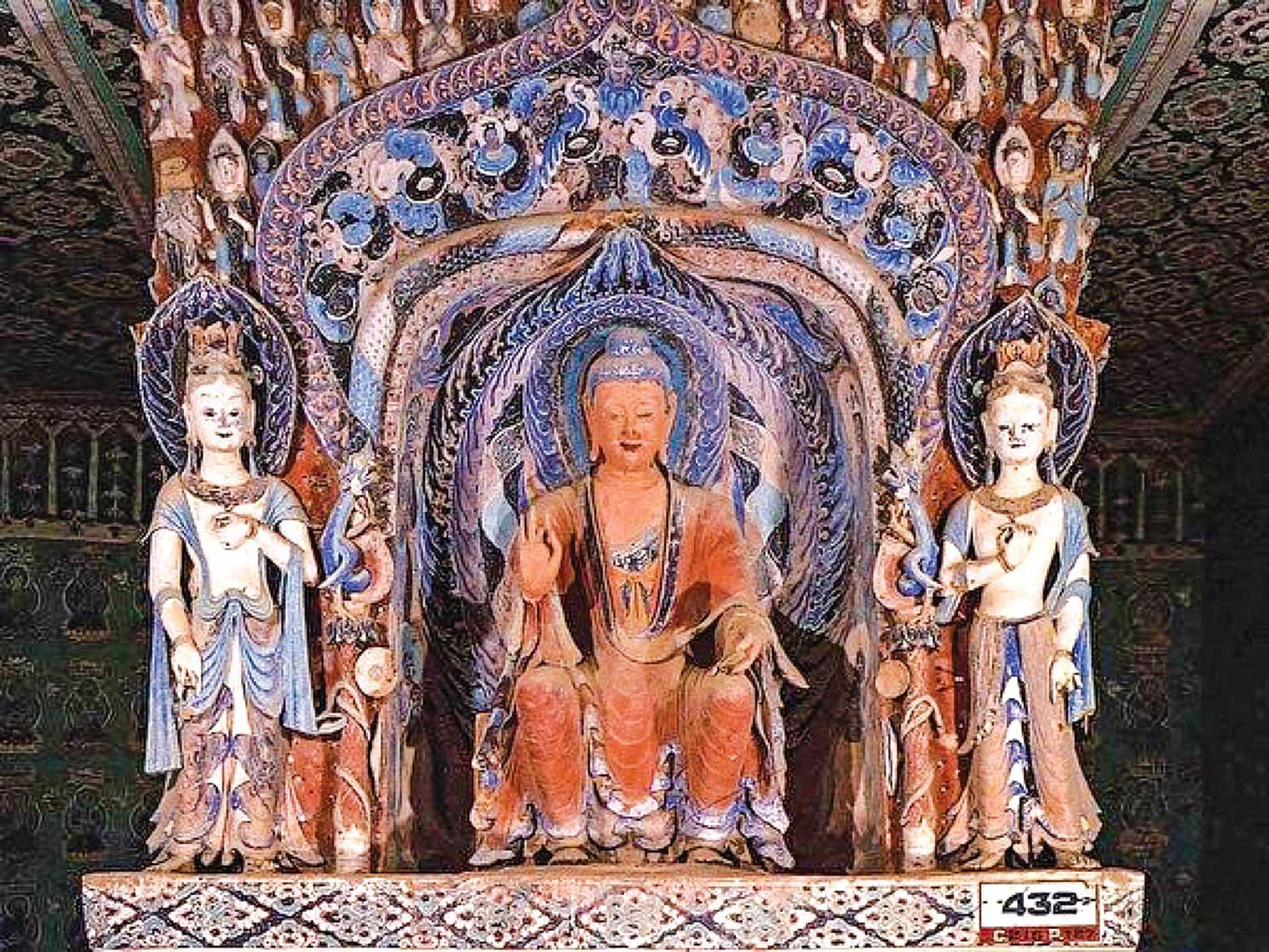 圖為敦煌莫高窟西魏第432窟,中心塔柱的正面佛龕內有佛塑像。(公有領域)