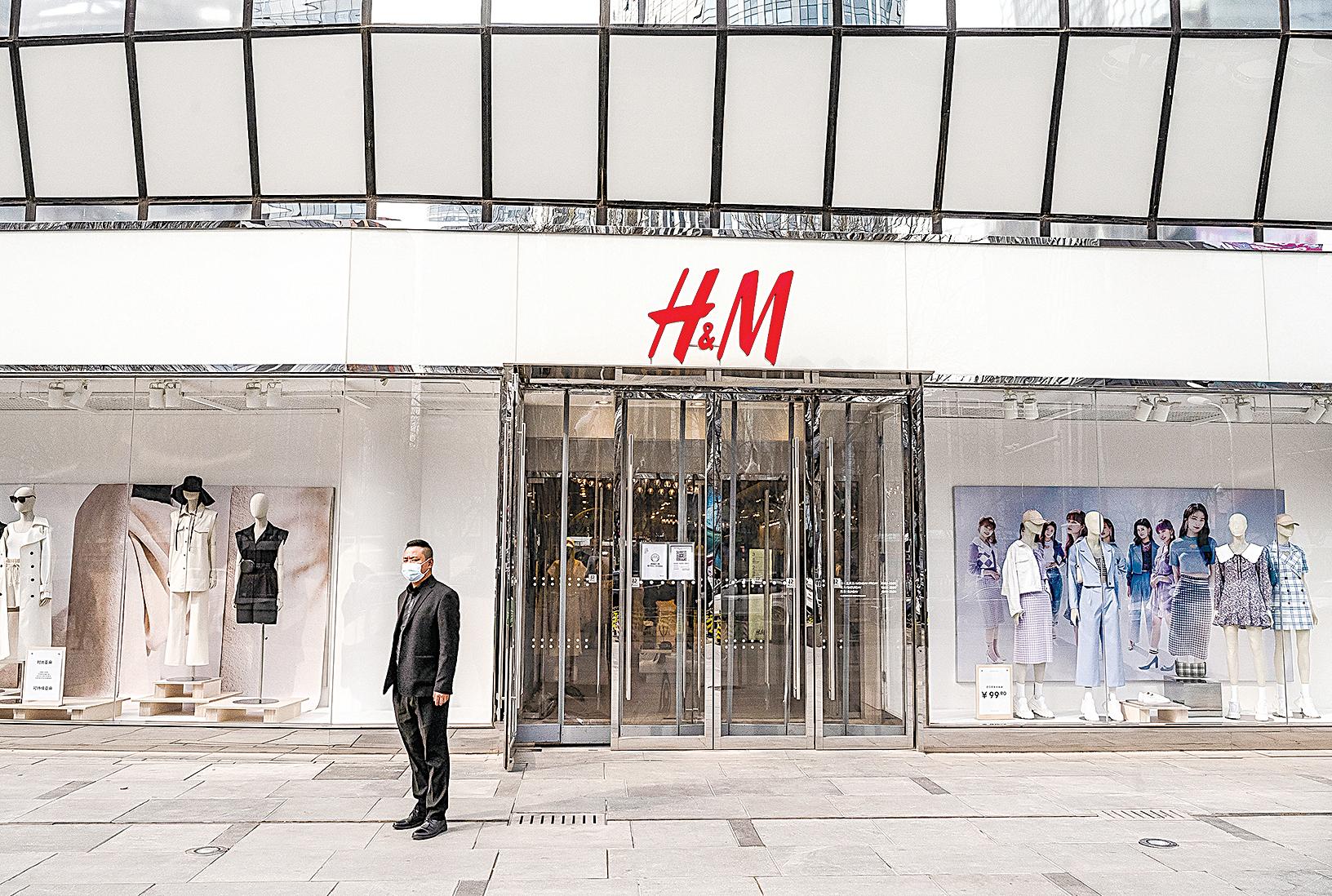 中歐互相制裁,已從政府層面波及到跨國公司和商業組織。例如大陸突發抵制H&M服裝公司。圖為在中國北京的H&M旗艦店3月25日的情景。(Getty Images)