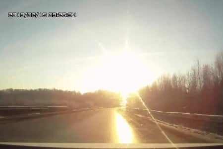 2013年2月15日,俄羅斯車里雅賓斯克(Chelyabinsk)上空,小行星發生爆炸的衝擊波造成1200人受傷。(YouTube視像擷圖)