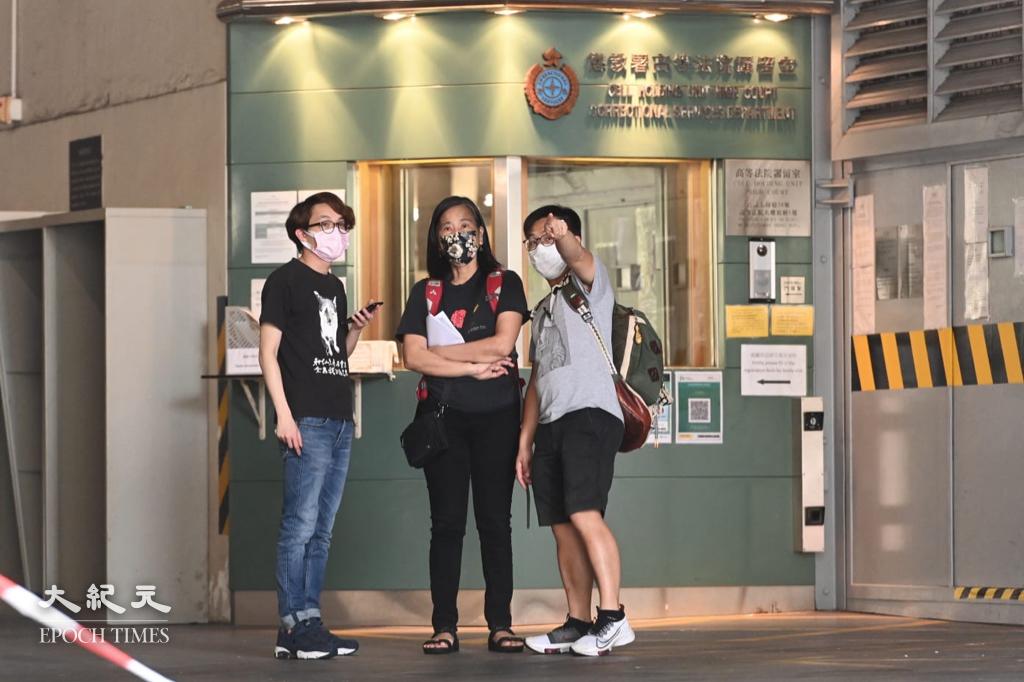 社民連黃浩銘(右)、吳文遠(左)及梁國雄妻子陳寶瑩(中)在高院外聲援。(宋碧龍/大紀元)