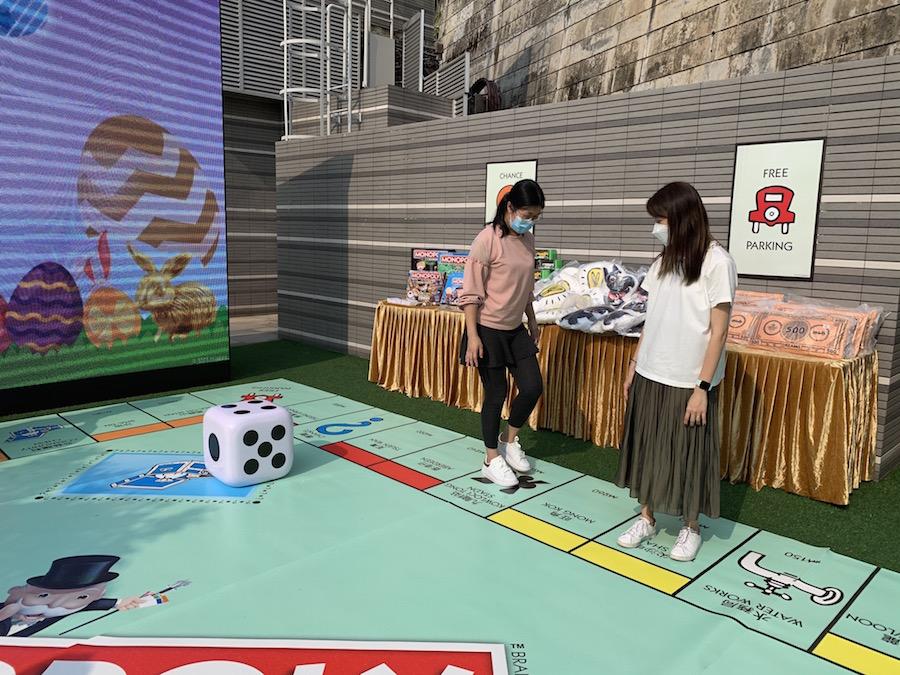 活動設置巨型棋盤,每位玩家可化身大富翁棋子,走入巨型棋盤擲骰仔獲得獎品。(公關提供)