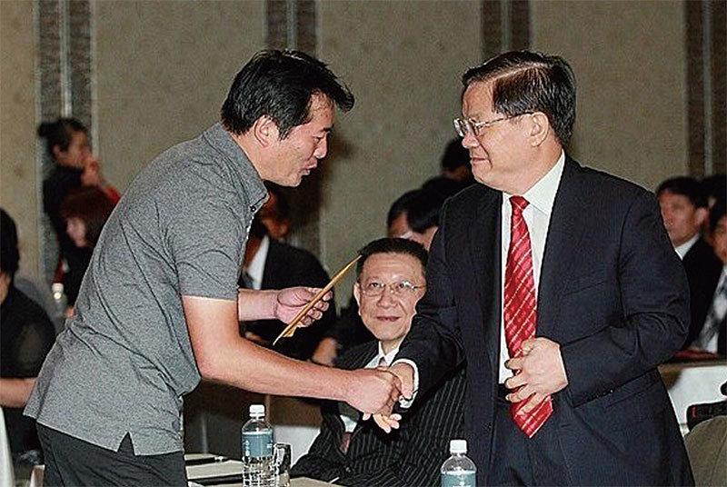 2010年時任中共文化部長蔡武(右)率團訪台期間,收到法輪功學員遞交的申誡信。(宋碧龍/大紀元)
