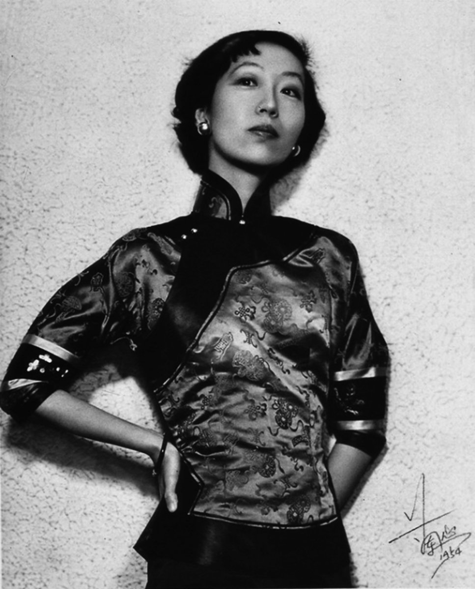張愛玲(1920年9月30日–1995年9月8日),本名張煐,美籍中華民國女作家。此照為張愛玲1954年於香港所攝。(維基百科公共領域)