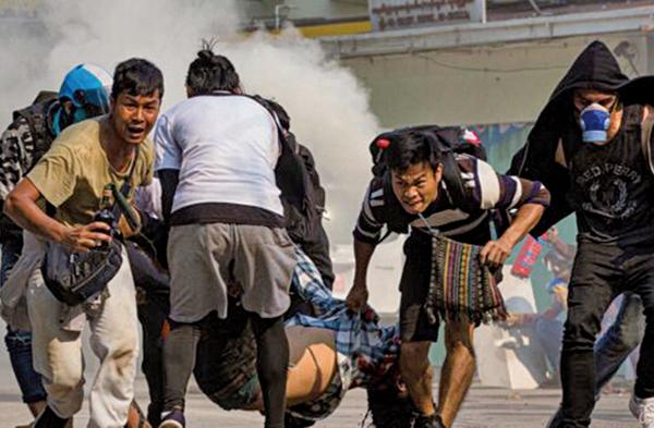 3月27日,緬甸軍方對抗議者的鎮壓升級,當天至少造成114人死亡,其中包括6名未成年的兒童。(新唐人影片截圖)