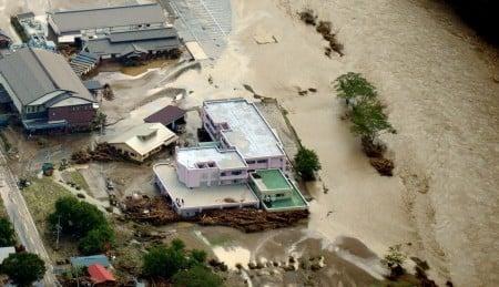 共同社31日空拍畫面顯示,颱風獅子山帶來的大雨引發洪災,日本岩手縣岩泉町一處老人院淹水,當局發現9具遺體。(共同社提供/中央社)