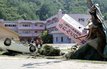颱風獅子山挾帶大雨肆虐日本東北部,岩手縣岩泉町一處老人院31日受損嚴重,招牌傾斜、車輛上下顛倒翻覆。(共同社提供/中央社)