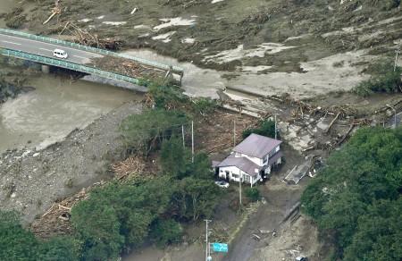 共同社飛機31日航拍的照片顯示,颱風獅子山挾帶大雨侵襲日本北部,岩手縣岩泉町一座橋梁斷裂。(共同社提供/中央社)