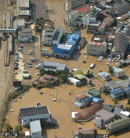 共同社飛機31日航拍的照片顯示,威力強大的颱風獅子山帶來大雨,在日本東北部引發嚴重洪災,岩手縣久慈市多棟民宅淹水,一片泥濘。(共同社提供/中央社)