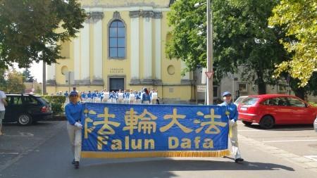 巡演的第一站是匈牙利北部艾格爾(Eger)市,圖為在Eger市大街遊行。(大紀元)