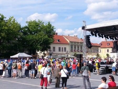 天國樂團、仙女隊在Eger市市政廳前的演出,將國慶日慶典推向高潮。(大紀元)
