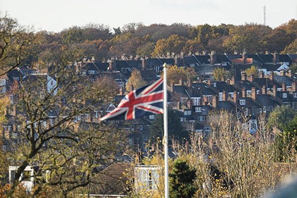 英國3月29日公佈2月份按揭審批87,669宗,遜於預期,圖為英國某處住宅。(Leon Neal/Getty Images)