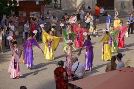 仙女隊在大教堂前表演。(大紀元)