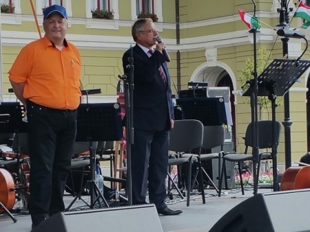 市長Habis先生在國慶日上發表歡迎法輪功團體的講話。(大紀元)