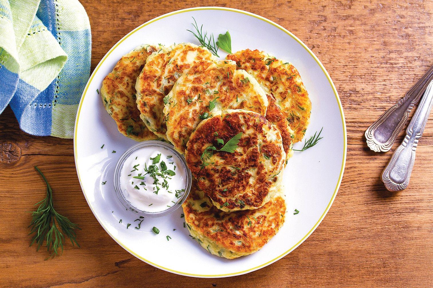 加入洋蔥、歐芹、芝士、雞蛋和麵粉做成的脆皮馬鈴薯餅。
