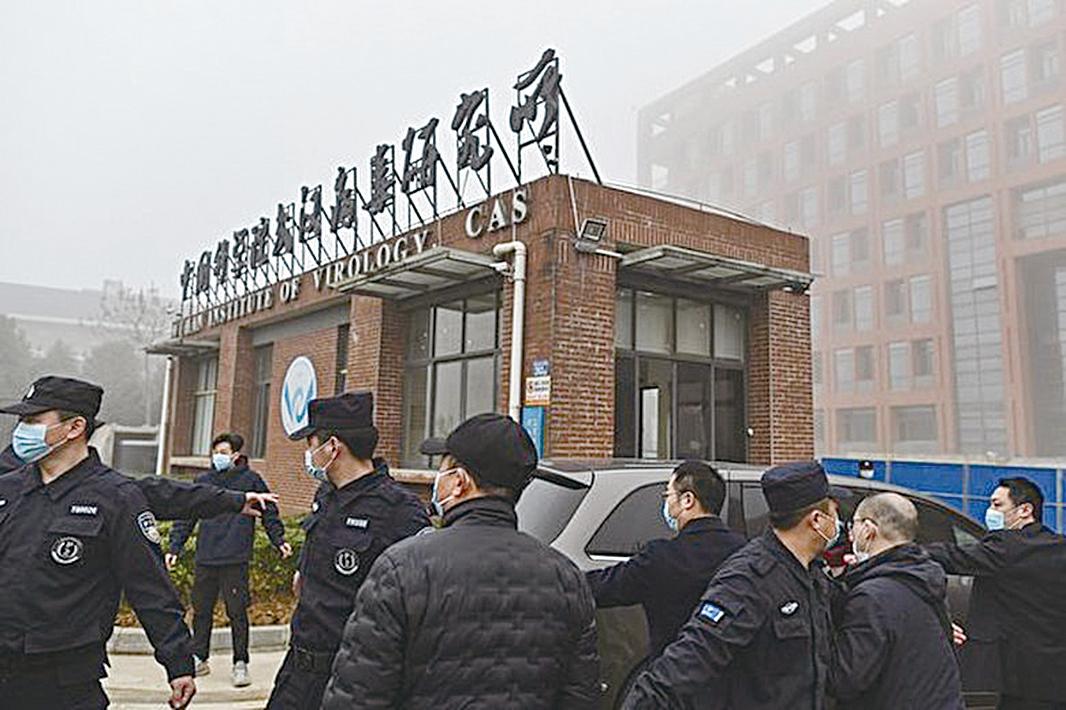 圖為世衛專家組在中共嚴密監控下到達武漢病毒研究所調查病毒來源。(HECTOR RETAMAL AFP via Getty Images)
