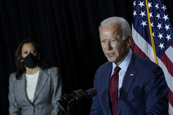 拜登上任兩個月後,美媒發現白宮官網打破傳統,把副總統和總統並列,寫成了:拜登──哈里斯政府。(Drew Angerer/Getty Images)