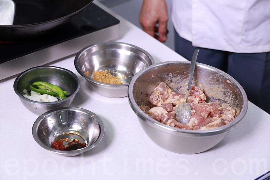 「椒鹽肉排」主要材料。(陳仲明/大紀元)